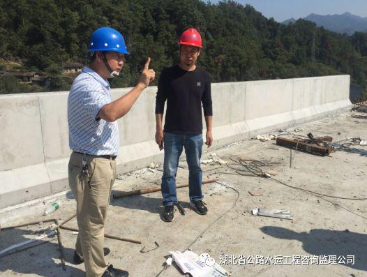 三峡翻坝江北高速公路一标防撞护栏首件顺利金洋2牌混凝土浇筑