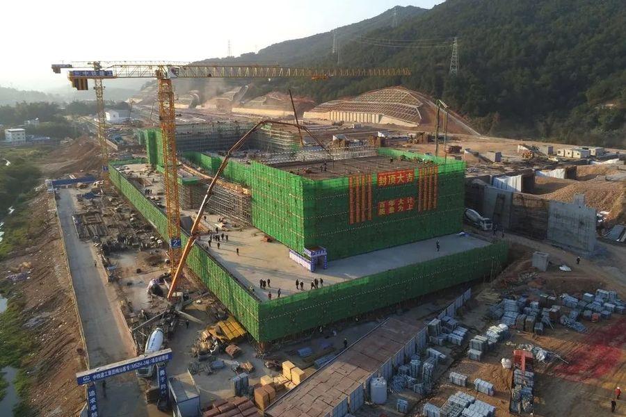 混凝土泵车、摩杰娱乐车浇筑砼现场 - 中铁建工广东梅汕高铁梅州西站房主体结构正式封顶