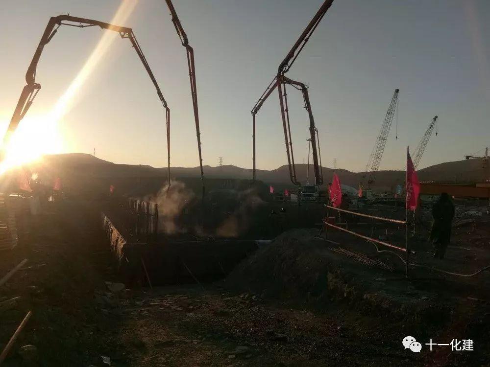 三一重工泵车、混凝土搅拌车浇筑现场 - 恒力(大连)石化项目72万吨/年苯乙烯装置精馏塔基础混凝土开始浇筑
