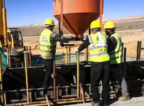中铁四局七公司:新疆S21公路项目首个盖板涵第一板欧亿土浇筑完成