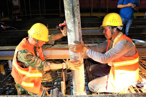 混凝土输送泵车浇筑现场 - 南崇铁路4标一分部那蓬双线特大桥连续梁首个0#块金洋2牌混凝土浇筑完成