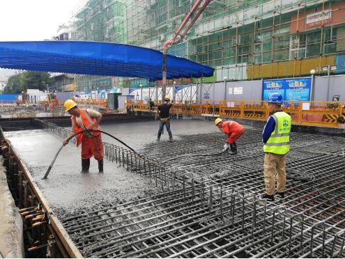 混凝土输送泵车浇筑现场 - 贵阳轨道交通3号线农学院站东侧一期临时盖板施工顺利完成