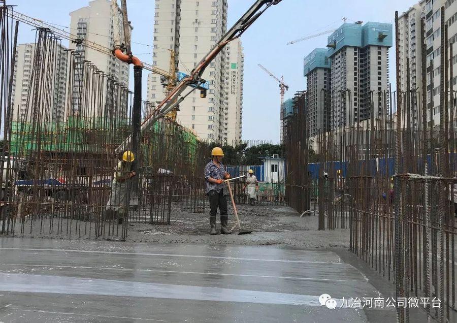 混凝土输送泵车浇筑现场 - 九冶河南公司:安康付家河项目61#楼筏板基础金洋2牌混凝土浇筑完成