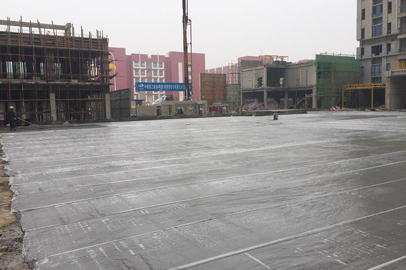混凝土泵车、混凝土搅拌车浇筑现场 - 中煤三建三十三工程处亳州碧桂园项目部地下车库顶板混凝土浇筑完成