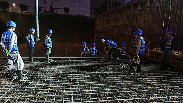 混凝土输送泵车浇筑现场 - 陕一建市政路桥公司咸阳市渭河河堤路项目首段底板混凝土浇筑完成
