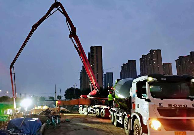 混凝土输送泵车、摩杰娱乐运输车浇筑现场 - 陕一建市政路桥公司咸阳市渭河河堤路项目首段底板混凝土浇筑完成