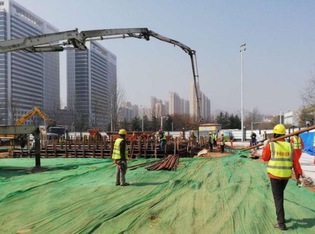 混凝土输送泵车浇筑现场 - 青岛地铁6号线青医西院区站2号竖井锁口圈全部混凝土浇筑完成