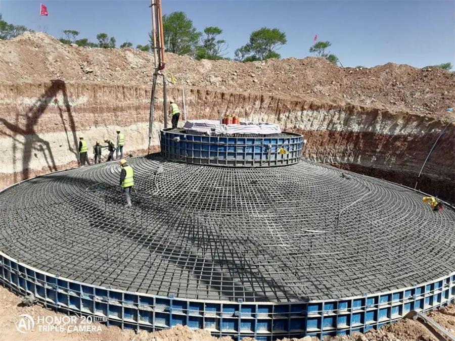 混凝土输送泵车浇筑现场 - 大唐山西新能源公司:左云小京庄风电项目风机基础混凝土浇筑完成