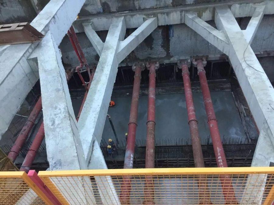 混凝土输送泵车浇筑现场 - 佛山地铁三号线工程3201标大墩站二期首仓底板混凝土浇筑完成