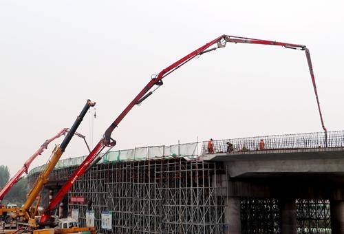 欧亿土输送泵车浇筑现场 - 京台高速改扩建四标齐河互通A匝道1号桥第二联现浇梁欧亿土浇筑完成