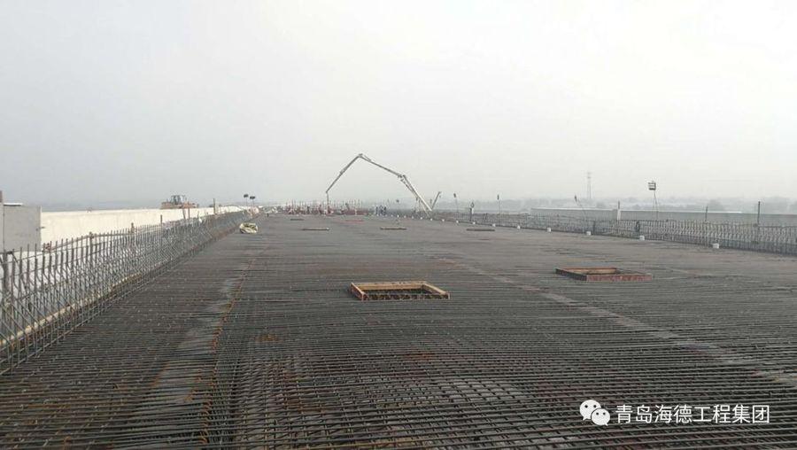 混凝土输送泵车浇筑现场 - 青岛海德工程集团:新机场高速项目最后一联现浇箱梁金洋2牌混凝土浇筑完成