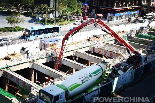 混凝土泵车、混凝土搅拌车浇筑现场 - 洛阳地铁1号线青年宫站首块底板混凝土浇筑完成