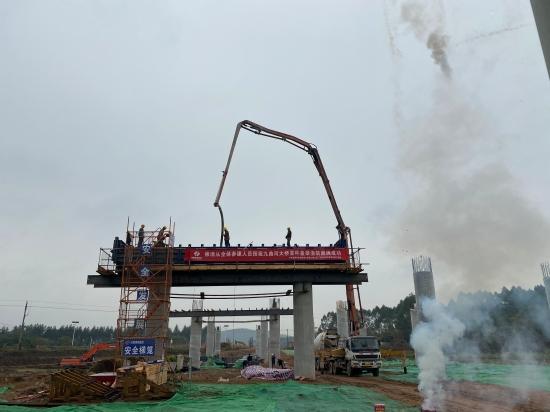 混凝土输送泵车、混凝土搅拌运输车浇筑现场 - 水电三局 路桥分局佛清从九曲河大桥右幅10号盖梁首件混凝土浇筑完成