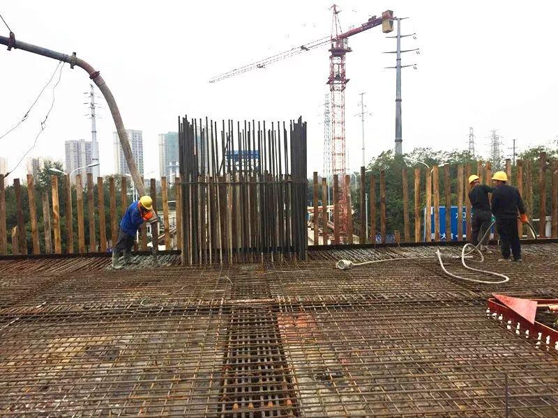 混凝土泵车浇筑现场 - 重庆轨道交通5号线跳蹬至江津段双福东站站厅层1-4/A-C轴砼浇筑完成