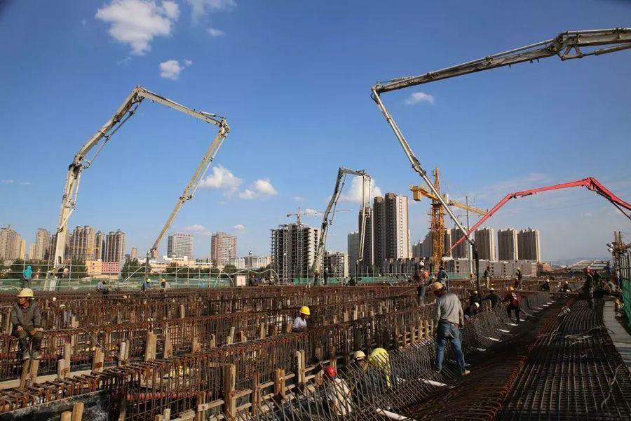 混凝土输送泵车浇筑现场 - 北京市常青市政工程有限公司大同项目本标段最大混凝土方量浇筑完成