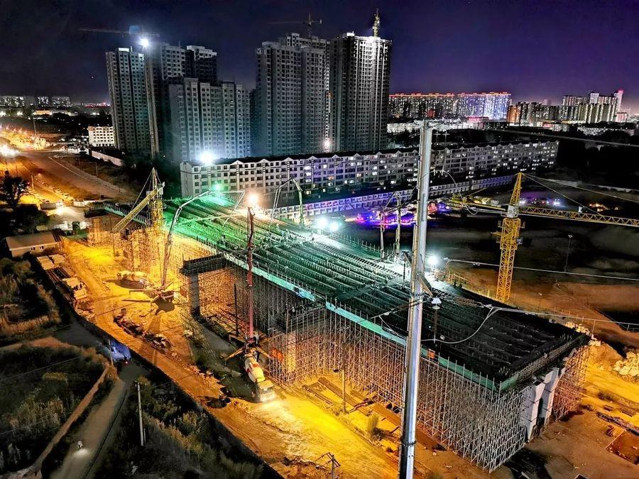 混凝土输送泵车、混凝土搅拌运输车浇筑现场 - 北京市常青市政工程有限公司大同项目本标段最大混凝土方量浇筑完成