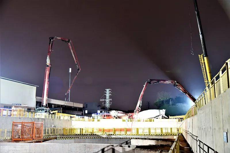 混凝土泵车、混凝土搅拌车浇筑现场 - 佛山地铁3号线工程太平站第一块底板混凝土浇筑顺利完成