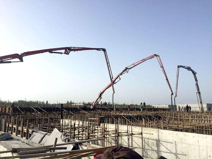 混凝土泵车浇筑现场 - 中南分公司喀什博天供排水项目AO池商品混凝土顺利浇筑完工
