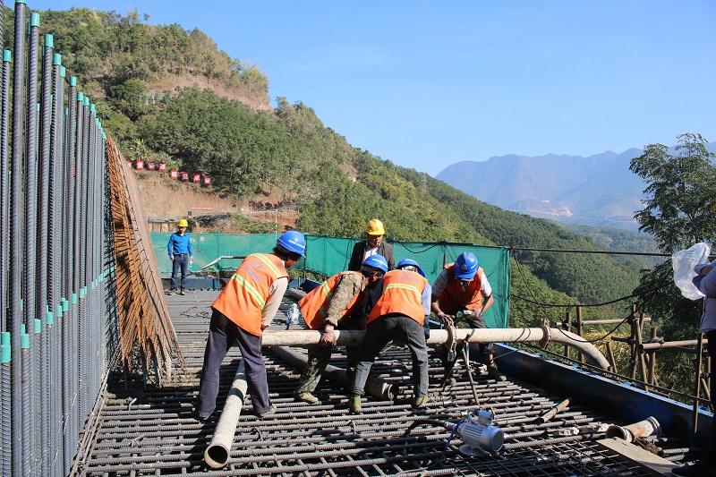 中铁十五局四公司永勐项目南榨河大桥主墩承台首件混凝土浇筑完成