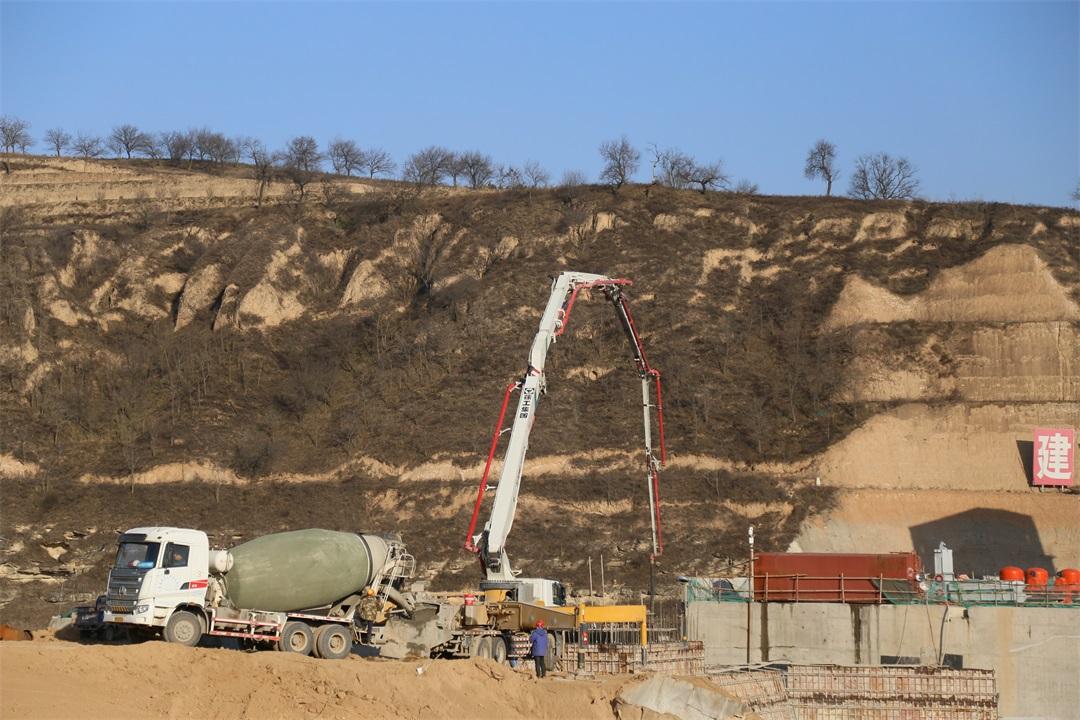 混凝土輸送泵車、混凝土攪拌運輸車澆筑現場 - 水電十一局六分局:小盤河水庫主體工程最后一倉混凝土澆筑完成