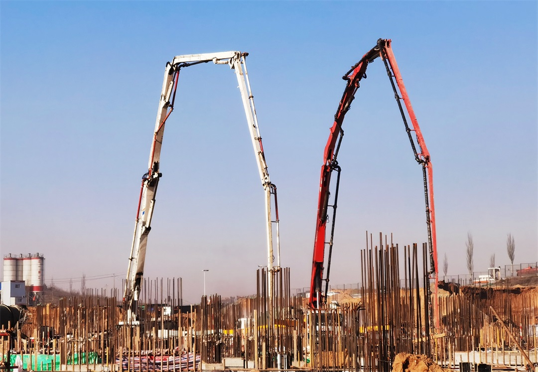 混凝土輸送泵車澆筑現場 - 內蒙古酸刺溝電廠二期工程4號空冷排氣管支墩混凝土澆筑完成