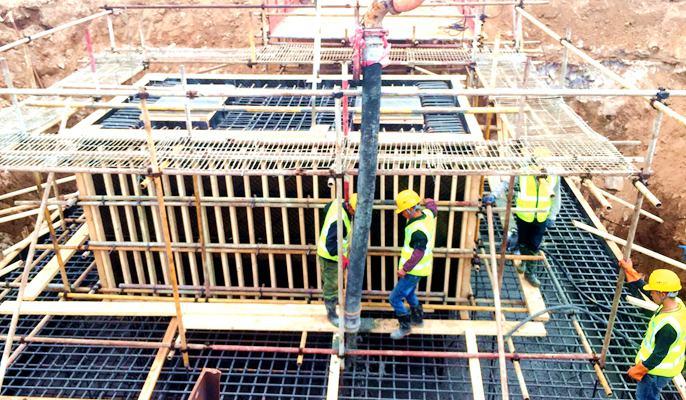 欧亿土输送泵车浇筑现场 - 十七冶:福建罗源宝钢德盛新炼钢(一步)工程柱基础欧亿土浇筑