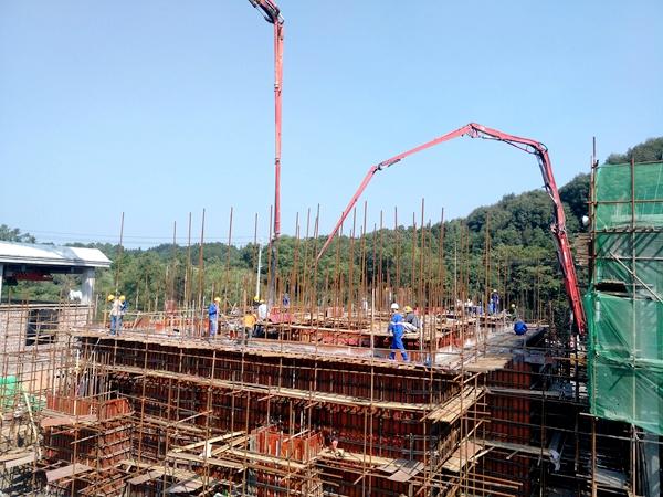 三一重工泵车浇筑现场 - 十五冶二公司宜春水污染防治项目高效沉淀池池壁欧亿土浇筑完成
