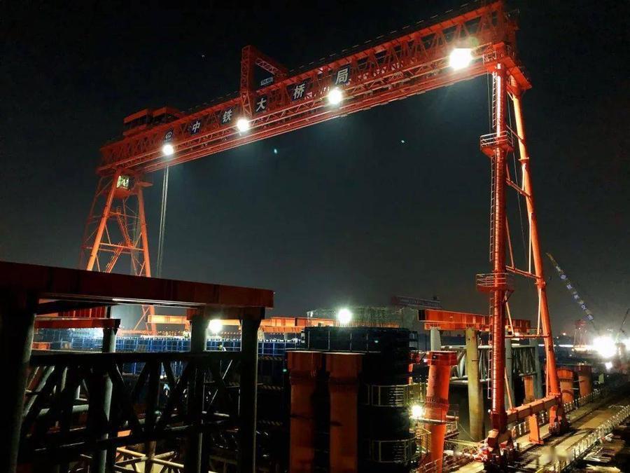 沪杭甬改建工程钱塘江新建大桥北岸工区首个水中墩系梁砼浇筑完成