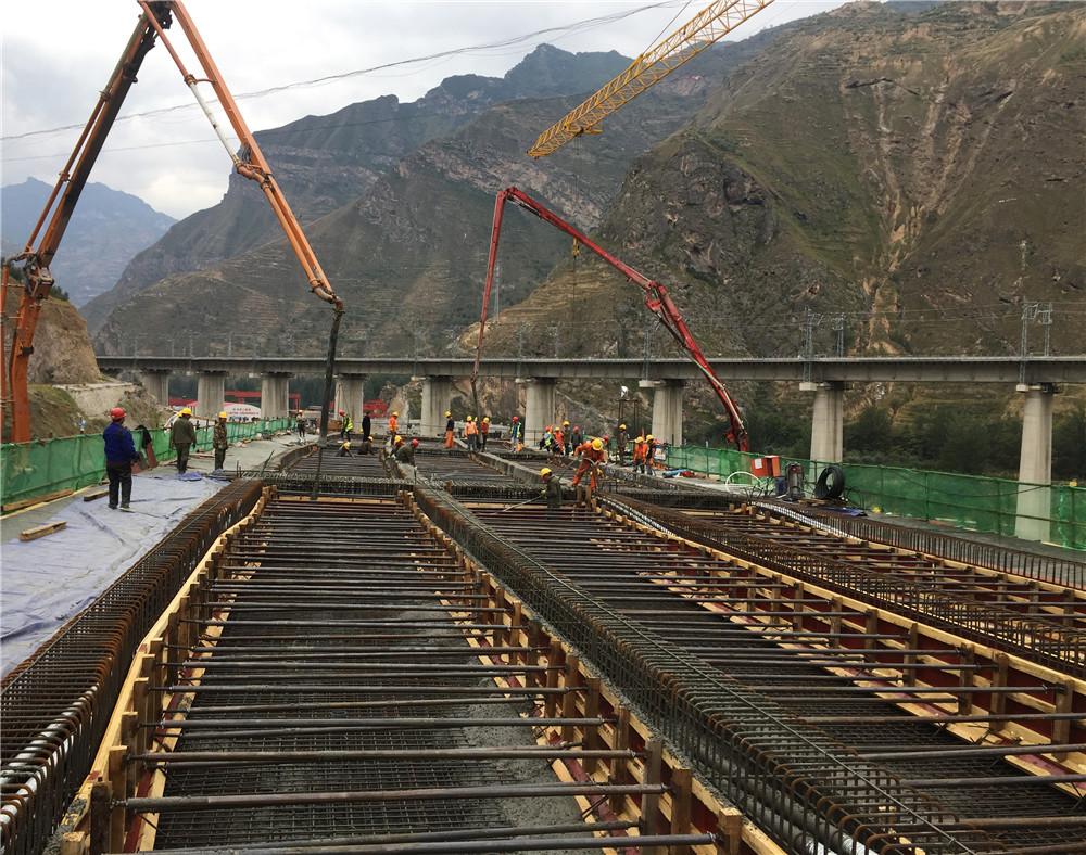 混凝土泵车浇筑现场 - 武九高速项目首联现浇梁混凝土顺利浇筑完成