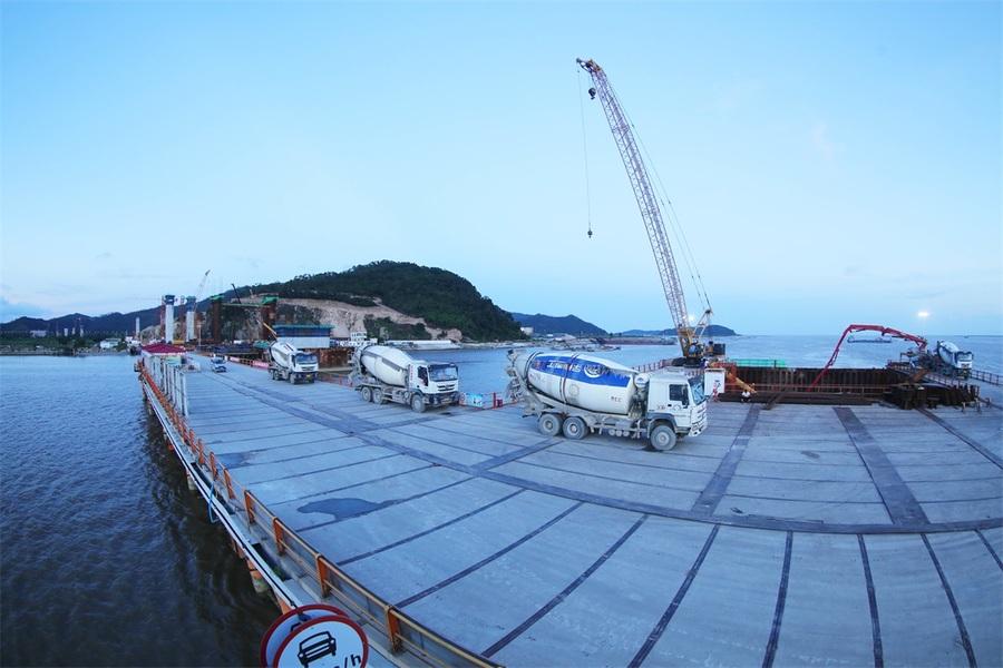 混凝土输送泵车、混凝土搅拌运输车浇筑现场 - 珠海金海大桥首个主塔墩承台金洋2牌混凝土浇筑完成