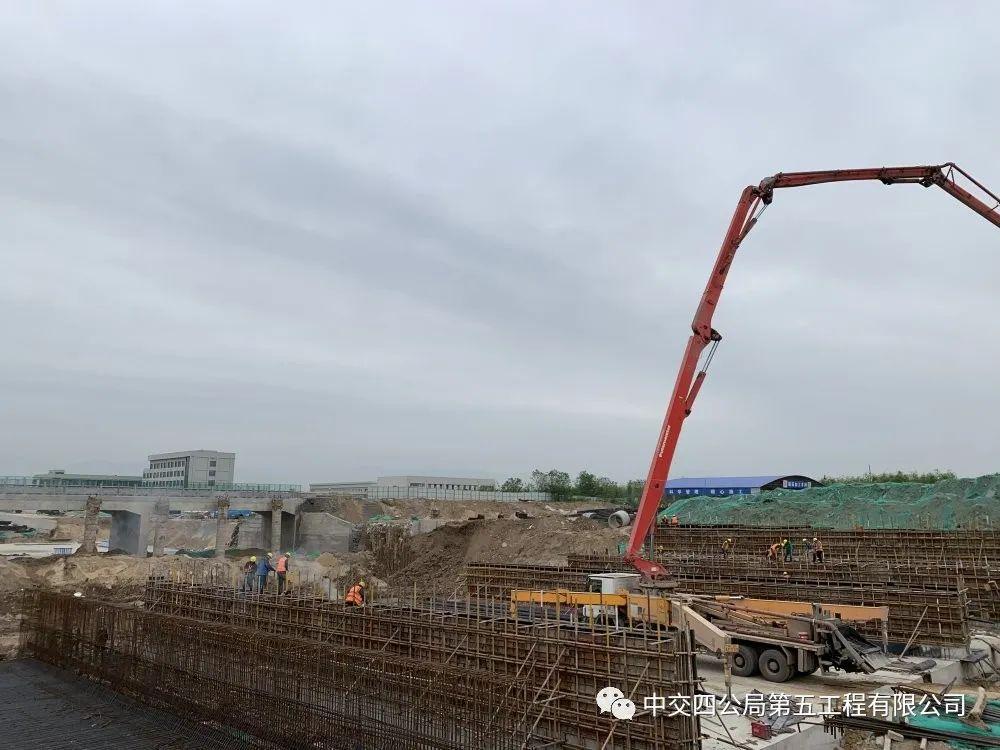 混凝土输送泵车浇筑现场 - 中交四公局五公司沣泾大道南段项目首段U形槽左幅U05混凝土浇筑完成