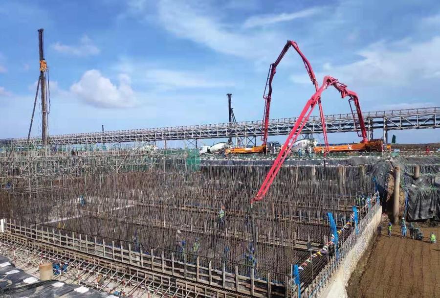 三一重工泵车、欧亿土搅拌运输车浇筑现场 - 西北电建四公司越南项目曝气池第四段底板及部分板墙欧亿土浇筑完成