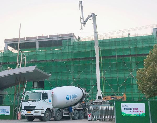 欧亿土输送泵车、欧亿土搅拌运输车浇筑现场 - 十五冶七公司潍柴氢燃料电池厂房项目联合厂房结构顺利封顶