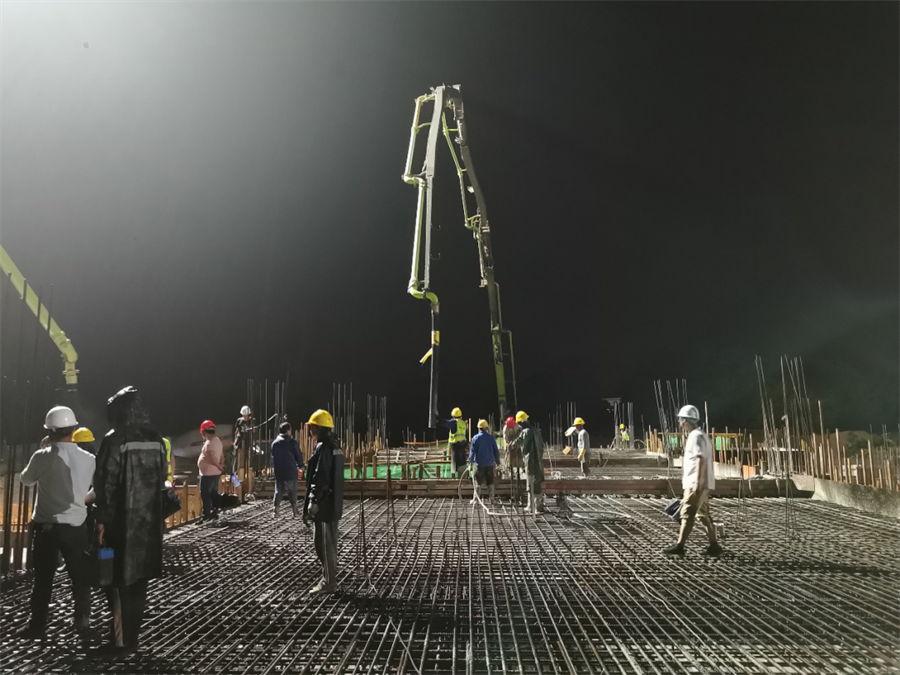 欧亿土输送泵车浇筑现场 - 中铁二十四局福建公司:信丰西站地下室顶板欧亿土浇筑完成