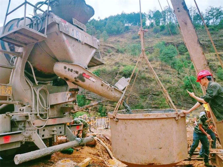 摩杰娱乐运输车浇筑现场 - 川交路桥:沿江高速宁攀段ZCB1-8分部首桩混凝土浇筑成功