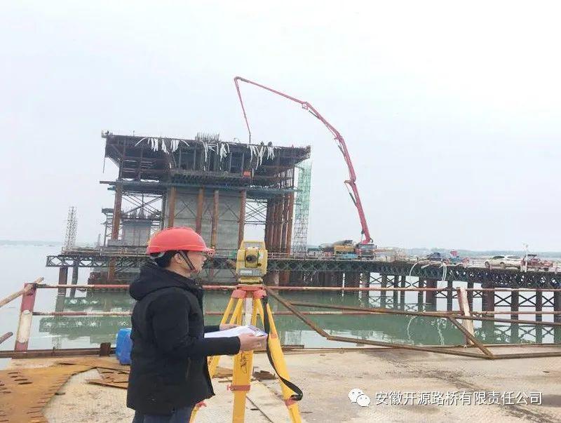三一重工泵车、混凝土搅拌车浇筑现场 - 安徽开源路桥公司:寿县瓦埠湖特大桥0-1#块混凝土浇筑完成