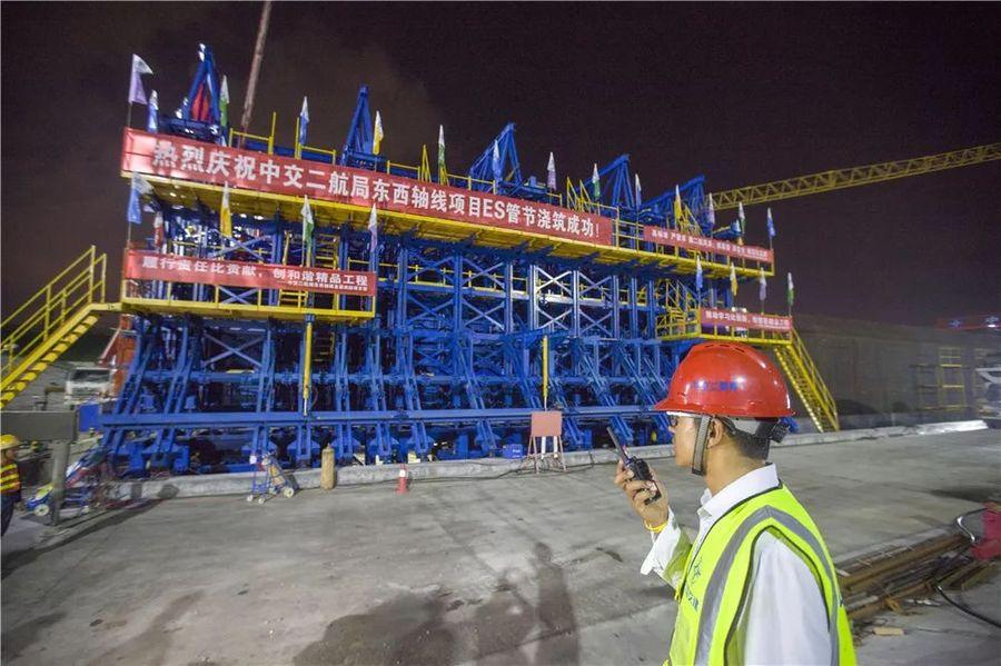 中交二航局华中地区首条沉管隧道首节沉管成功金洋2牌混凝土浇筑