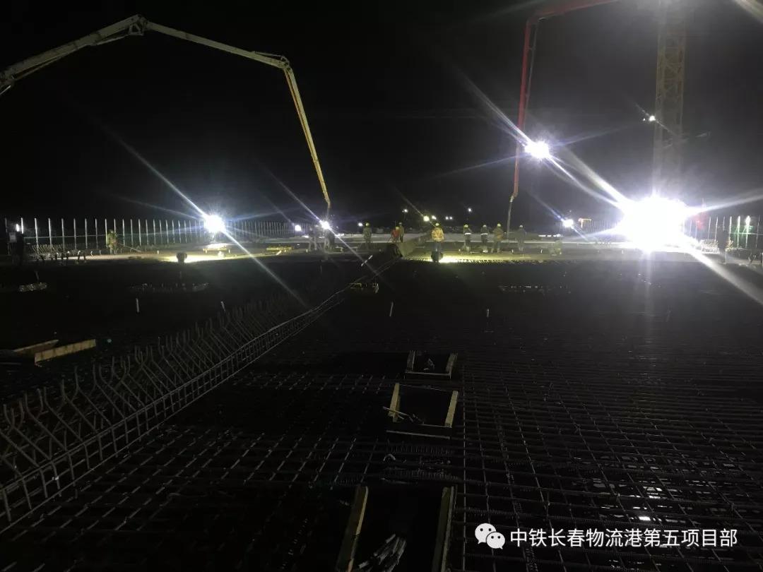 混凝土泵车进行兴福大路高架桥第九联XU50连续梁顶板及第八联XU49连续梁一次性混凝土浇筑