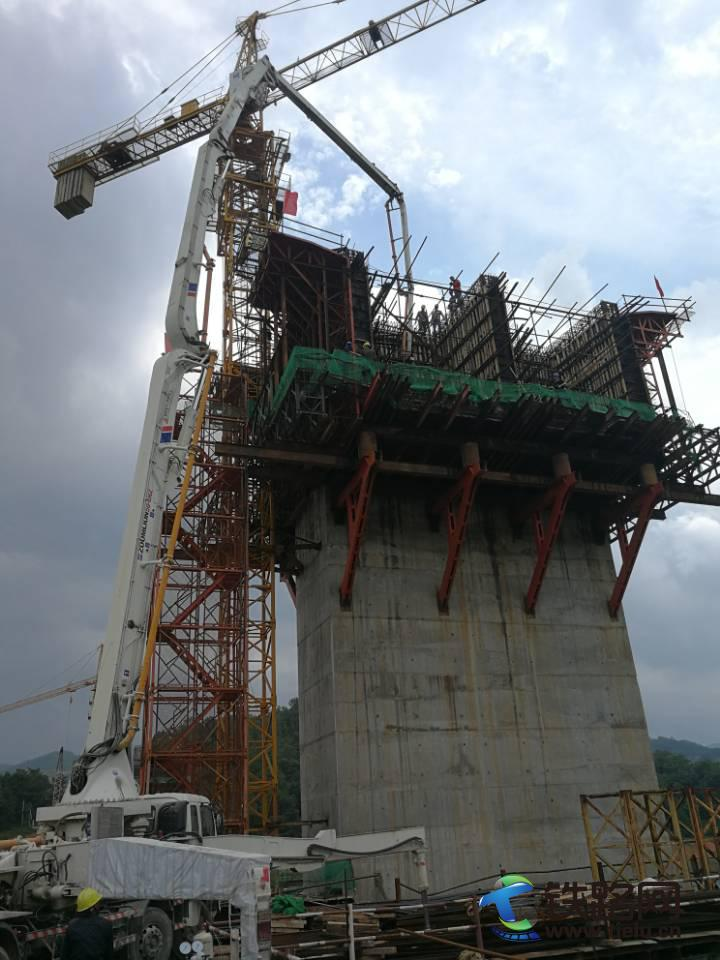 混凝土泵车浇筑现场 - 古田A1项目新华大桥主墩首件0#块混凝土浇筑完成