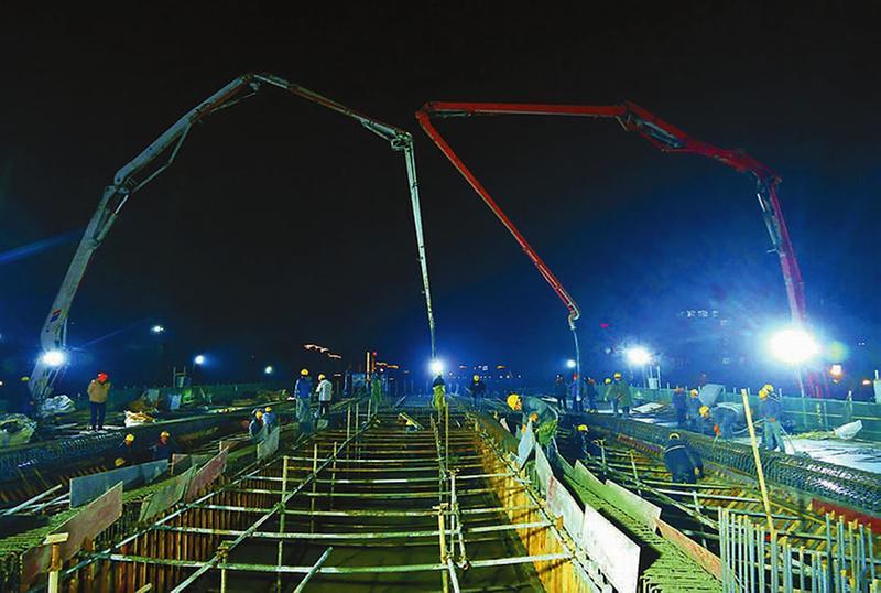 混凝土泵车浇筑砼现场 - 盐城高架三期紧抓有利时机 加班加点推进项目施工
