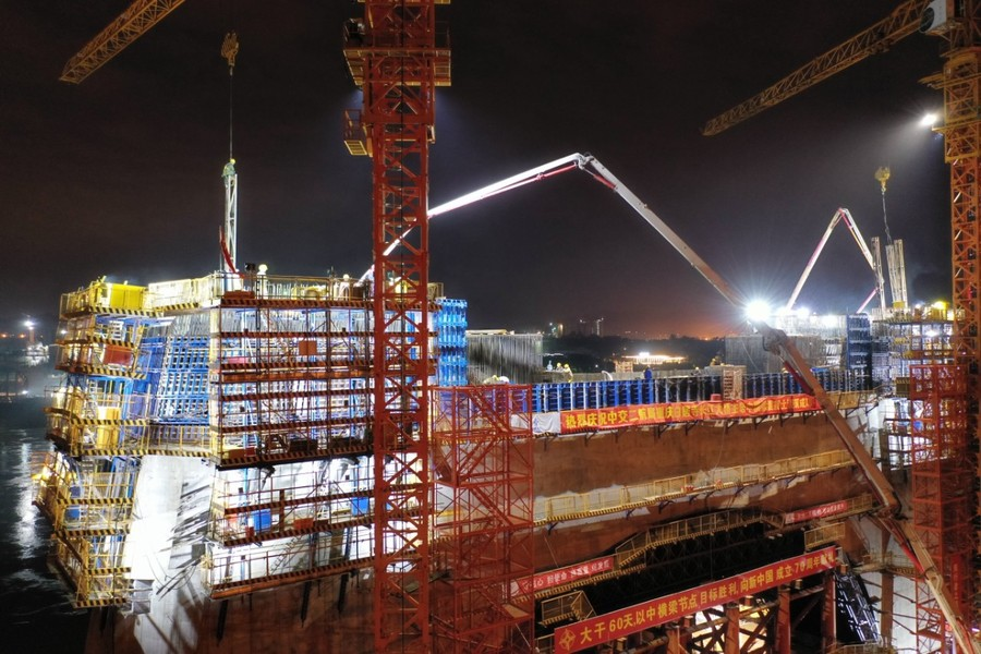 欧亿土输送泵车浇筑现场 - 重庆主城最高桥塔中横梁欧亿土浇筑完毕 重庆白居寺长江大桥