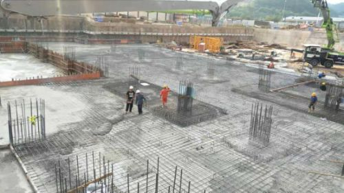 混凝土泵车浇筑现场 - 广东和平小学项目完成筏板混凝土浇筑