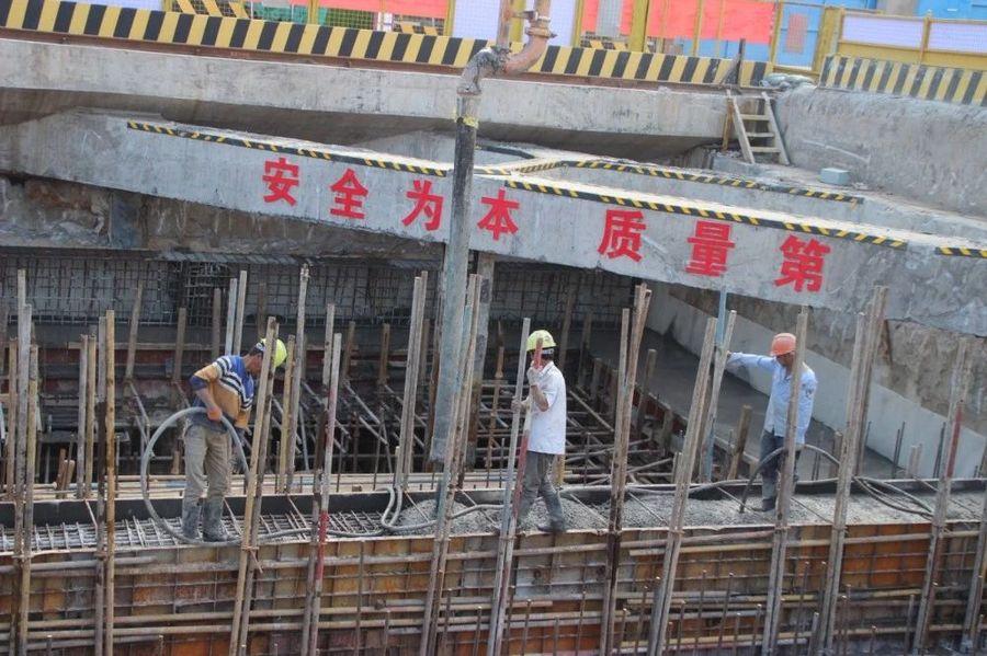 混凝土输送泵车浇筑现场 - 昆明地铁5号线7标渔户村站主体结构工程金洋2牌混凝土浇筑完成