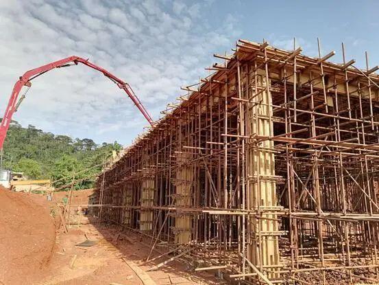 混凝土输送泵车浇筑现场 - 新联民爆:喀麦隆项目104工房完成金洋2牌混凝土浇筑