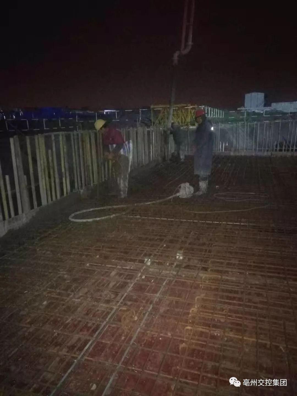 混凝土泵车浇筑现场 - 亳州公路客运高铁枢纽站项目加班加点浇筑混凝土