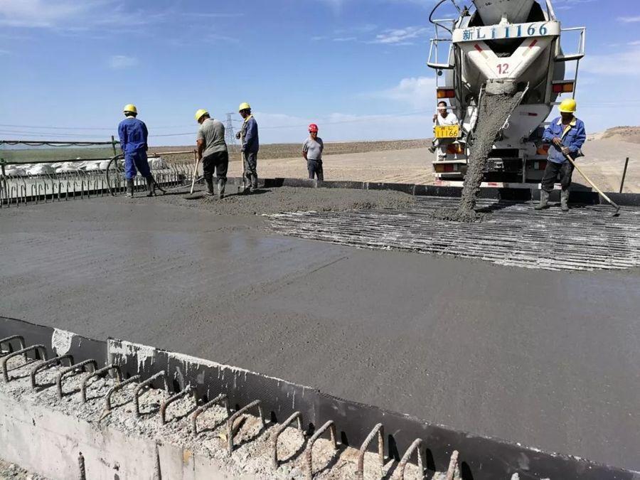 混凝土搅拌运输车浇筑现场 - 中交四公局北京建筑公司哈密项目复工后的首块现浇板金洋2牌混凝土浇筑完成