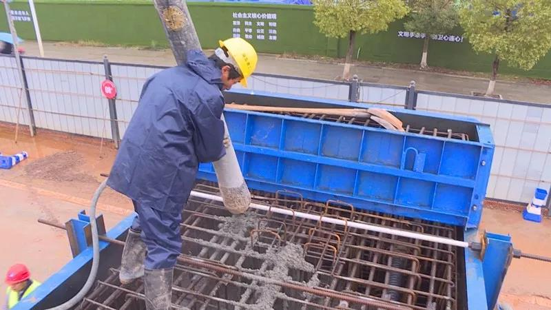 混凝土泵管澆筑現場 - 湘潭交通:潭州大道快改項目(湘潭段)首片蓋梁混凝土澆筑完成