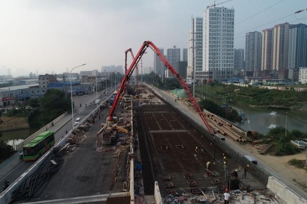 混凝土泵车浇筑现场 - 中铁四局清川桥底改造及五一南乡立交工程全幅现浇梁混凝土浇筑完成