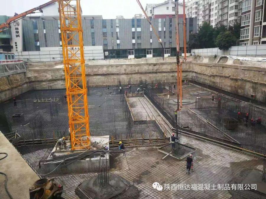 中联重科泵车浇筑现场 - 华宇凤凰城公寓酒店和南美商品贸易中心7700方筏板金洋2牌混凝土浇筑完成
