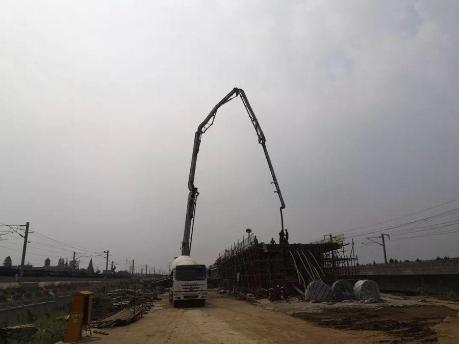 混凝土输送泵车、摩杰娱乐运输车浇筑现场 - 上海铁建:连镇项目左线大徐庄特大桥道岔连续梁全部混凝土浇筑完成